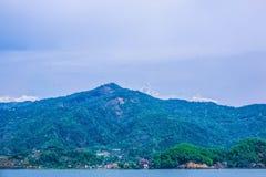 Begnas Tal, Nepal med Annapurnaen Himalaya som är synlig i bakgrunden royaltyfria bilder