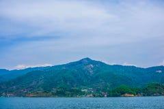 Begnas Tal, Nepal med Annapurnaen Himalaya som är synlig i bakgrunden royaltyfria foton
