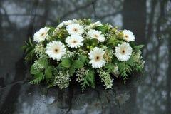 Begräbnis- Blumen auf einem Grab stockbilder