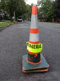 Begräbnis, orange Kegel, der Straßen-Parken aufhebt stockfoto