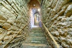 Begränsa brant trappa av stenen inom en medeltida byggnad arkivbilder