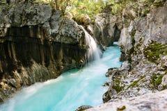 Begränsa delod-floden Soca och små vattenfall Royaltyfri Foto