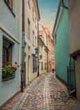 Begränsa den medeltida gatan i den gamla Riga staden, Lettland Arkivfoto