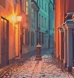 Begränsa den medeltida gatan i gamla Riga, Lettland Arkivbilder