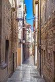Begränsa gamla gator och gårdar i den Sibenik staden, Kroatien Royaltyfri Foto