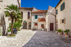 Begränsa gamla gator och gårdar i den Sibenik staden, Kroatien Royaltyfria Bilder