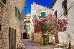 Begränsa gamla gator och gårdar i den Sibenik staden som är medeltida fotografering för bildbyråer