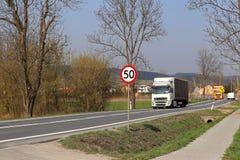 Begränsa hastigheten av trafik till km/tim 50 Vägmärke på huvudvägen säkerhet av trafik Motoriskt trans. av passagerare och carg Fotografering för Bildbyråer