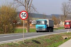 Begränsa hastigheten av trafik till km/tim 50 Vägmärke på huvudvägen säkerhet av trafik Motoriskt trans. av passagerare och carg Arkivbild