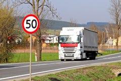 Begränsa hastigheten av trafik till km/tim 50 Vägmärke på huvudvägen säkerhet av trafik Motoriskt trans. av passagerare och carg Arkivfoton