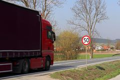 Begränsa hastigheten av trafik till km/tim 50 Vägmärke på huvudvägen säkerhet av trafik Motoriskt trans. av passagerare och carg Royaltyfria Foton