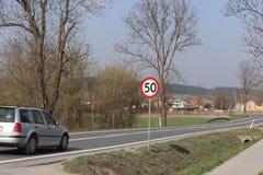 Begränsa hastigheten av trafik till km/tim 50 Vägmärke på huvudvägen säkerhet av trafik Motoriskt trans. av passagerare och carg Royaltyfria Bilder