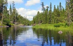 Begränsa kanalen på vildmark en sjö arkivfoto