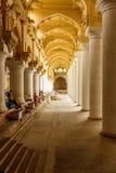 Begränsa sikten av en forntida Thirumalai Nayak slott, Madurai med pelare och skulpturer, Tamil Nadu, Indien, Maj 13 2017 Royaltyfri Bild