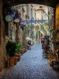 Begränsa små gator i den gamla Etruscan staden av Orvieto i Umbr Arkivbilder