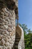 Begränsa yttre spiral trappa som går runt om gammalt torn Fotografering för Bildbyråer