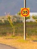 Begränsande hastighet för trafiktecken till 35 kilometer per timme Arkivfoton