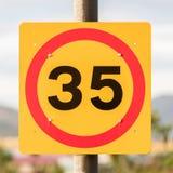 Begränsande hastighet för trafiktecken till 35 kilometer per timme Arkivfoto