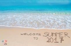 Begrüßen Sie zum Sommer 2017, der auf einen tropischen Strand geschrieben wird Stockfotografie