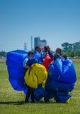 Begrüßende Fallschirmspringer, nachdem sie sprangen Lizenzfreies Stockfoto