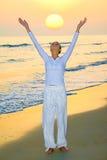 Begrüßende steigende Sonne des Mädchens Lizenzfreie Stockfotos