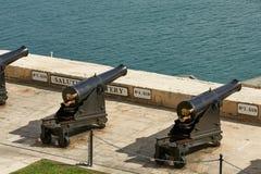 Begrüßungsbatterie und Kanonen in der Reihe bei oberem Barrakka arbeitet herein im Garten stockfoto