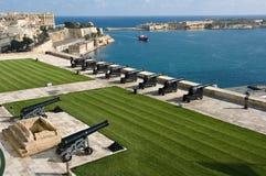 Begrüssenbatterie und großartiger Hafen von Valletta Stockfotos