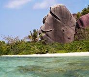 Begr5us$ungsfelsen auf tropischem Paradiesstrand.   Stockfoto