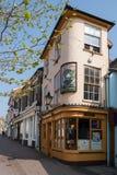 BEGRAAF ST EDMUNDS, SUFFOLK/UK - 24 APRIL: De kleinste bar in Bri Royalty-vrije Stock Afbeeldingen