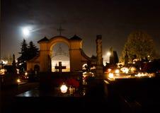 Begraafplaats bij nacht Brandende kaarsen op de graven royalty-vrije stock foto's