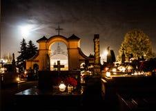 Begraafplaats bij nacht Brandende kaarsen op de graven stock foto