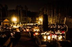 Begraafplaats bij nacht Brandende kaarsen op de graven royalty-vrije stock foto