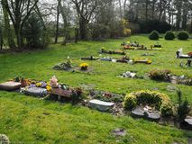 Begraafplaats in de lente in de zon Royalty-vrije Stock Fotografie