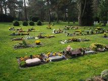 Begraafplaats in de lente in de zon Royalty-vrije Stock Afbeelding
