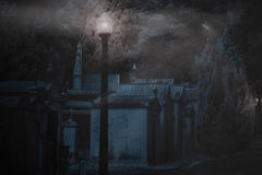 Begraafplaats in een mistige nacht Royalty-vrije Stock Foto