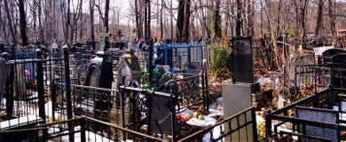 Begraafplaats - een speciaal aangewezen plaats voor de begrafenis van dode mensen E stock afbeeldingen