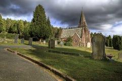 Begraafplaats en kerk. Stock Afbeelding