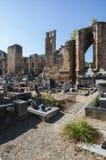 Begraafplaats en kerkruïnes in alet-les-Bains royalty-vrije stock afbeelding