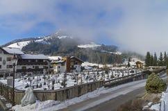 Begraafplaats in Kirchberg in Tirol, Oostenrijk stock fotografie