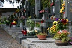 Begraafplaats met bloemen stock afbeeldingen