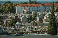 Begraafplaats met crypten en marmeren graven in Guarda stock foto