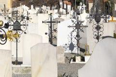 Begraafplaats met ernstige stenen Royalty-vrije Stock Foto's