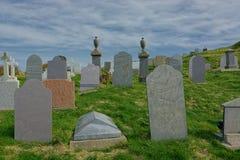 Begraafplaats met grafstenen op helling royalty-vrije stock fotografie