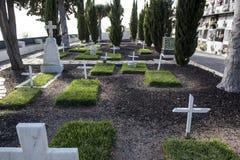 Begraafplaats met witte kruisen Stock Afbeeldingen