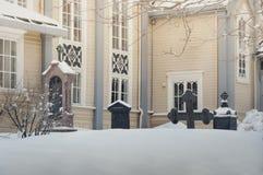 Begraafplaats naast de kerk in de winter Royalty-vrije Stock Afbeeldingen