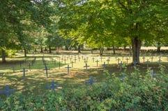Begraafplaats van de grote oorlog 1914 tot 1918 met veelvoudig klein kruis royalty-vrije stock fotografie