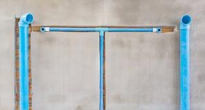 Begraben Sie ein PVC-Rohr in der Wand Stockbilder