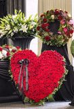 Begrafenis, met bloemstukkendoodskist die prachtig wordt verfraaid stock fotografie