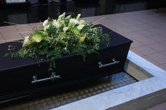 Begrafenisbloemen op een kist Royalty-vrije Stock Foto's