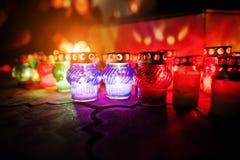 Begrafeniskaarslampen bij nacht stock fotografie